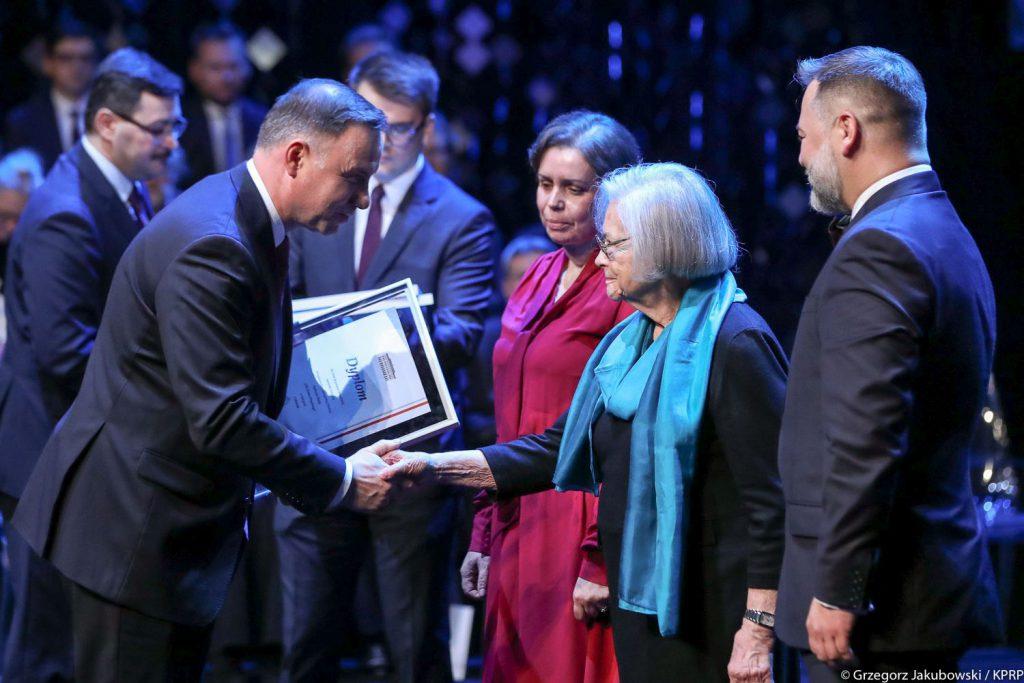 Krystyna Mrugalska odbiera nagrodę od Prezydenta RP