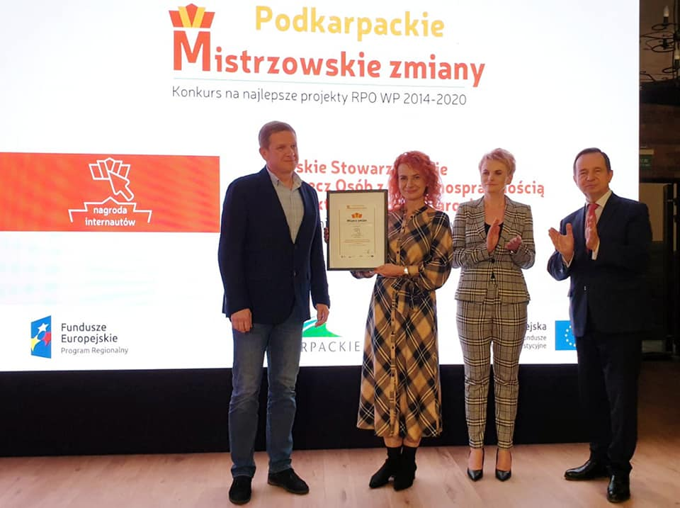 Przedstawiciele Psoni Koło w Jarosławiu stoją na scenie trzymając dyplom