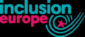 """Logo Inclusion Europe. Z lewej górnej strony niebieski napis """"inclusion"""", poniżej różowy napis """"europe"""", obok po prawej stronie trzy zawijające się ku górze kreski , w środku różowa gwiazdka"""