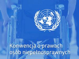 """Zdjęcie przedstawiające flagę Organizacji Narodów Zjednoczonych. Na fladze znajduje się rysunek wszystkich kontynentów na tle siatki kartograficznej. Siatkę kartograficzną od dołu oplata wieniec z gałązek oliwnych. Pod flagą ONZ znajduje się napis """"Konwencja o prawach osób niepełnosprawnych"""". Tłem flagi oraz napisu jest niebieskie zdjęcie, na którym widać fragment wózka dla osób z niepełnosprawnością ruchu."""
