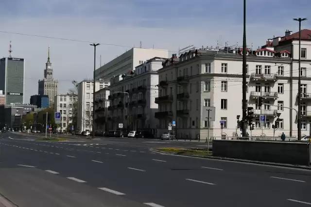 Zdjęcie przedstawia fragment ulicy z budynkami. Ulica jest opustoszała, nie ma ludzi ani samochodów.