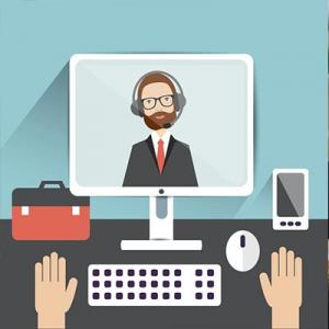 Na ilustracji widać biurko. Na biurku od lewej strony stoi czerwona teczka, monitor komputera, myszka oraz telefon komórkowy. Poniżej monitora widać klawiaturę. Po obu stronach klawiatury są ułożone dłonie. Na ekranie monitora widać mężczyznę w słuchawkach z mikrofonem. Wygląda jakby uczestniczył w wideorozmowie.