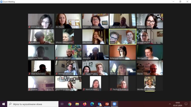 Zrzut ekranu z komounikatora zoom, przedstawiający zdjęcia uczestników spotkania online w sprawie standaryzacji usług i placówek PSONI